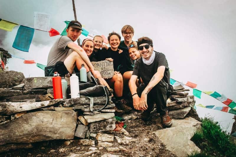 Gruppe von Freunden am Berg während des Tages