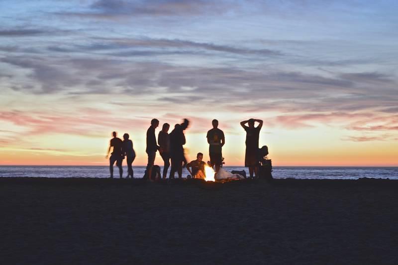 Gruppe von Menschen, die Lagerfeuer machen