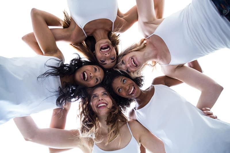 Haufen Frau, die eine Gruppe bilden