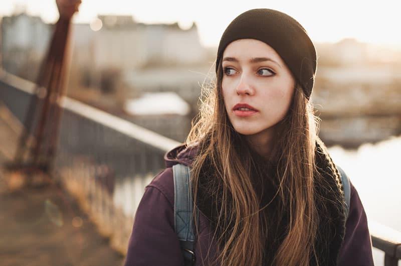 Hipster-Frau, die auf der Brücke geht