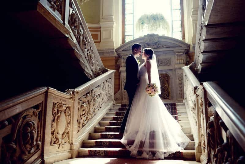 Hochzeitspaar drinnen umarmt sich.