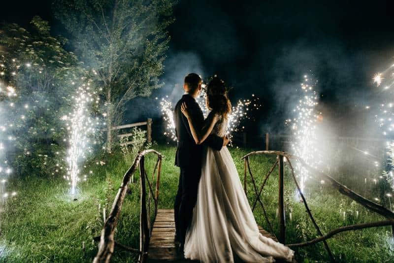 Hochzeitspaar schaut zum Feuerwerk