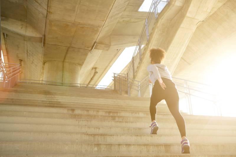 Junge Übungsfrau, die allein oben läuft