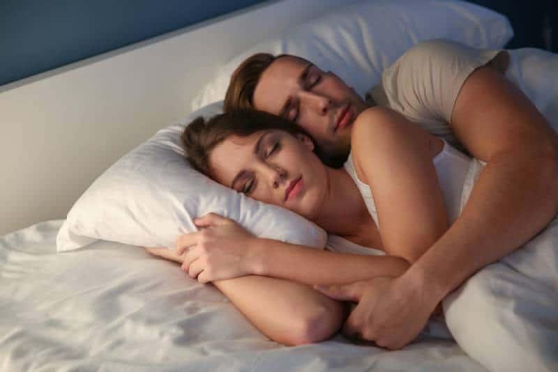 Junges Paar, das nachts im Bett schläft