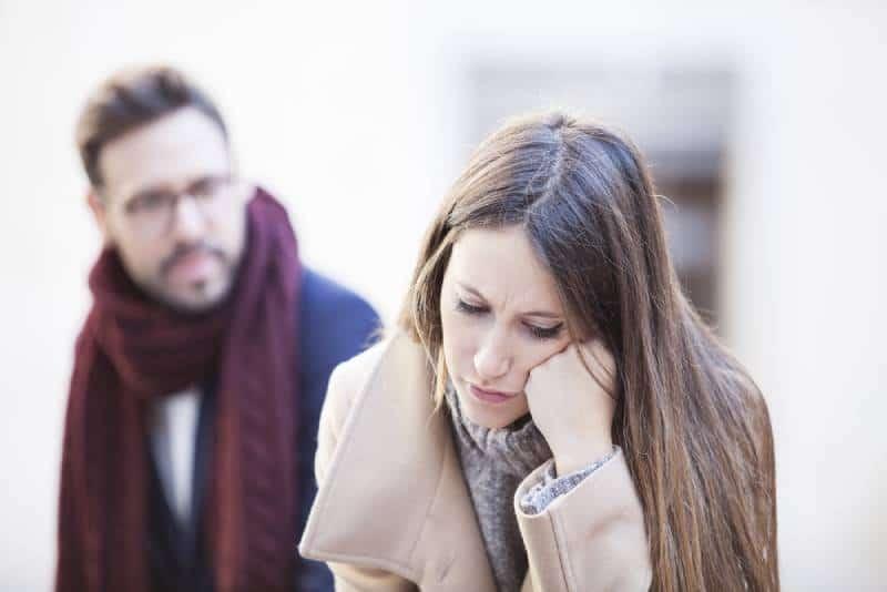 Junges Paar mit Beziehungsschwierigkeiten