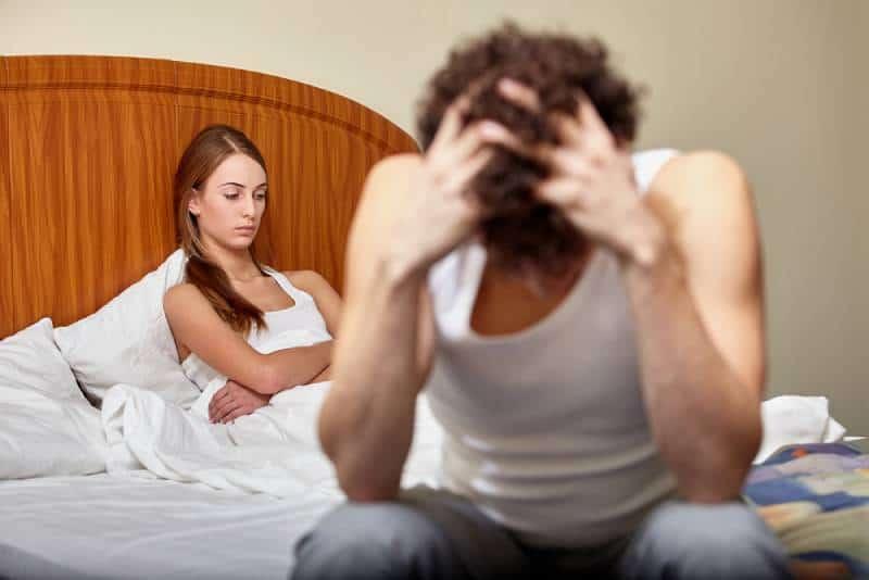 Junges Paar streitet im Schlafzimmer zu Hause.
