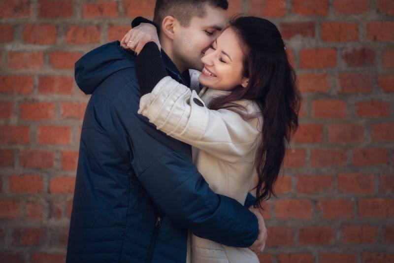 Junges Paar verliebt im Freien.