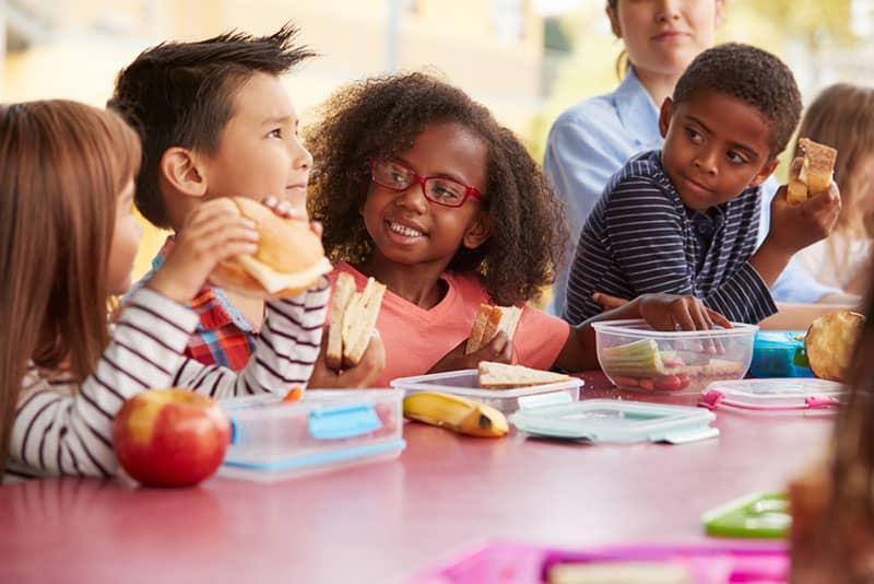 Kinder essen zusammen draußen
