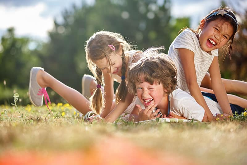 Kinder spielen im Gras