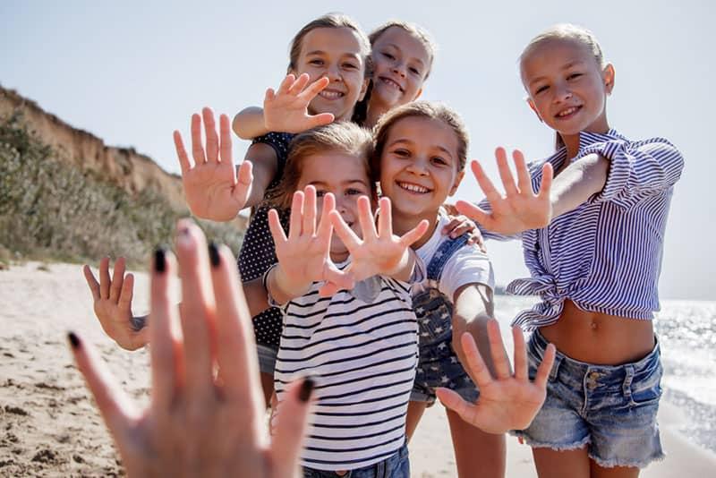 Kinder winken zur Kamera