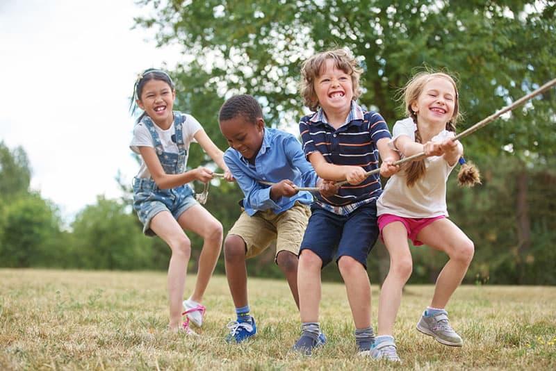 Kinder ziehen am Seil