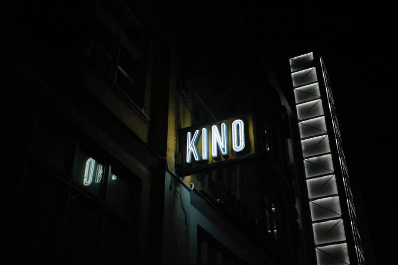 Kino Beschilderung auf der Straße