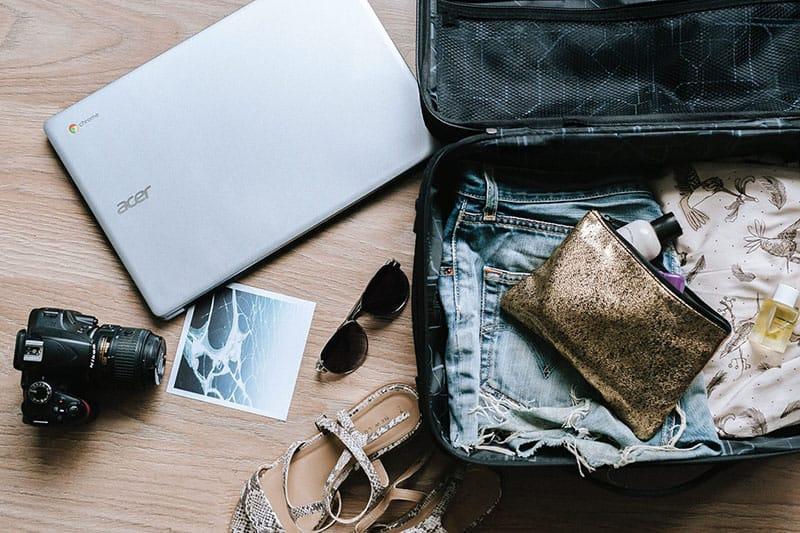 Koffer voller Dinge für die Reise