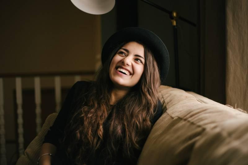 Frau mit schwarzem Hut zu Hause