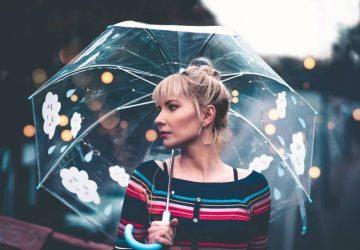 Frau mit durchscheinendem Regenschirm