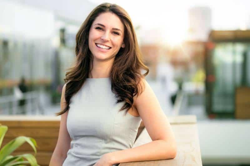 Lässiger lächelnder lachender Lebensstil der alleinstehenden Frau