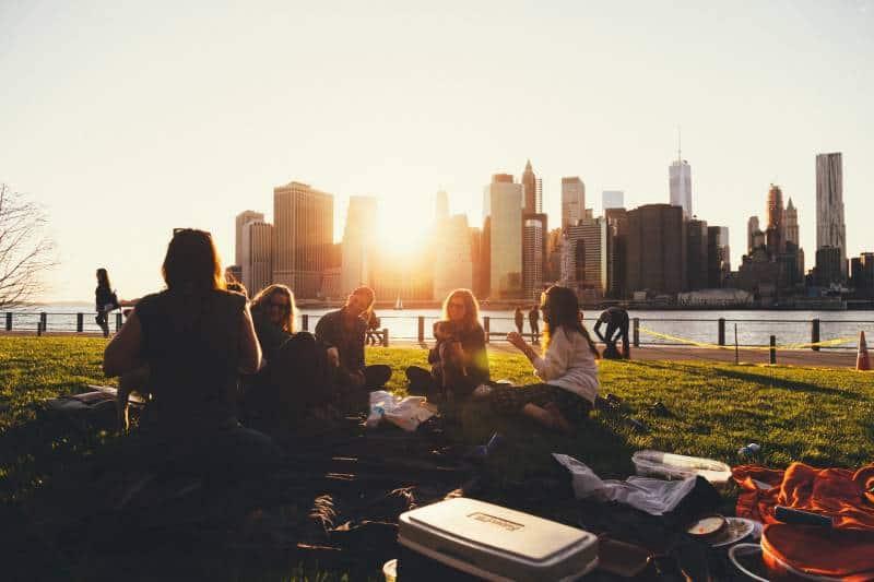 Leute sitzen auf Rasenfläche