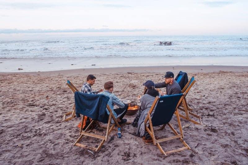 Leute sitzen auf Strandlounge