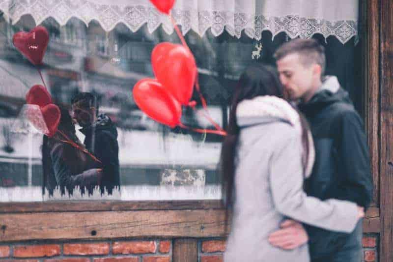 Liebespaar mit Luftballons