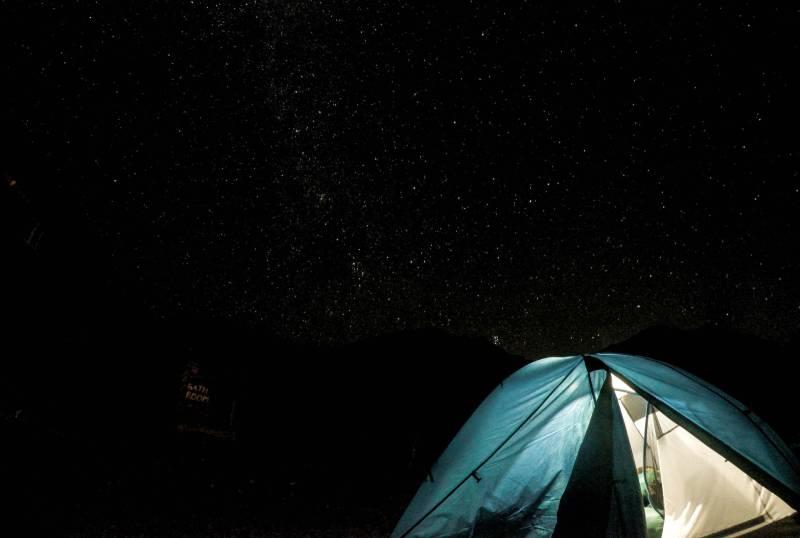 Low Angle Fotografie von Kuppelzelt in der Nacht