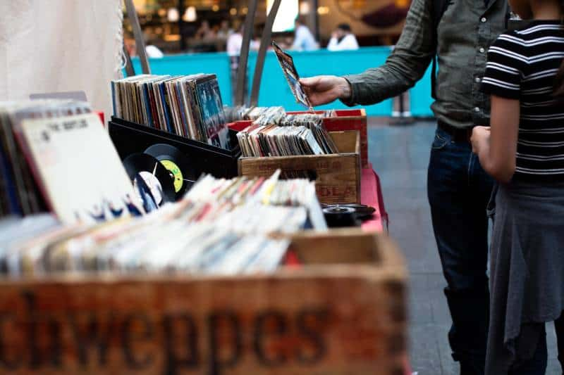 Männer, die vor dem Verkauf von Schallplatten stehen