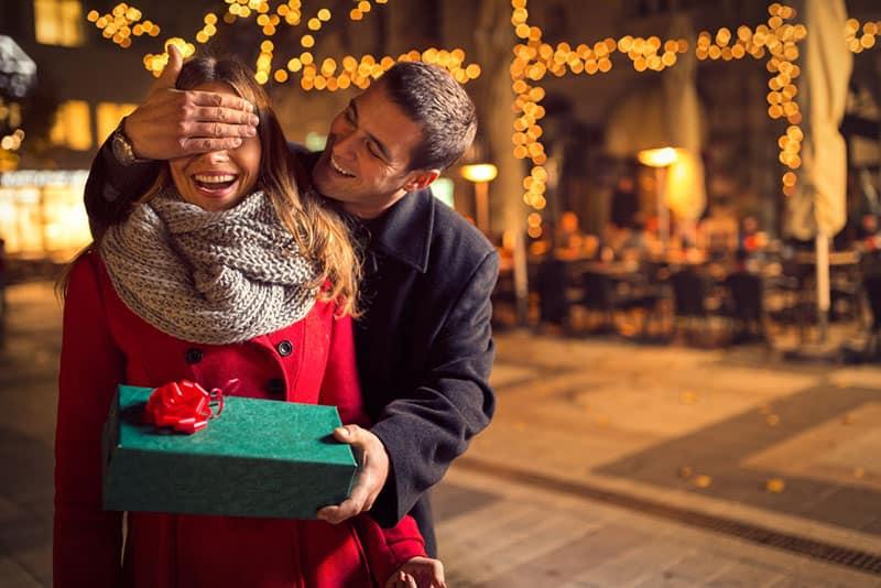 Mann überrascht seine Frau mit dem Geschenk