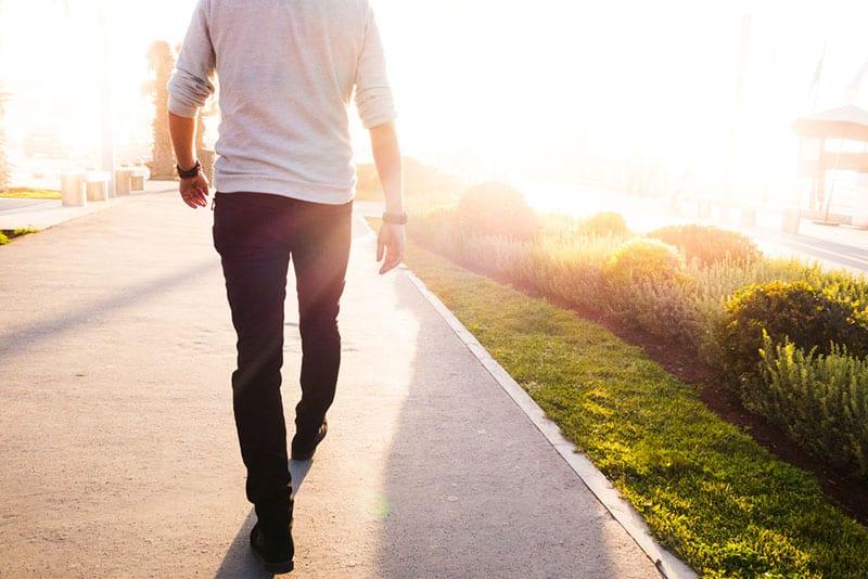 Mann geht auf der Straße