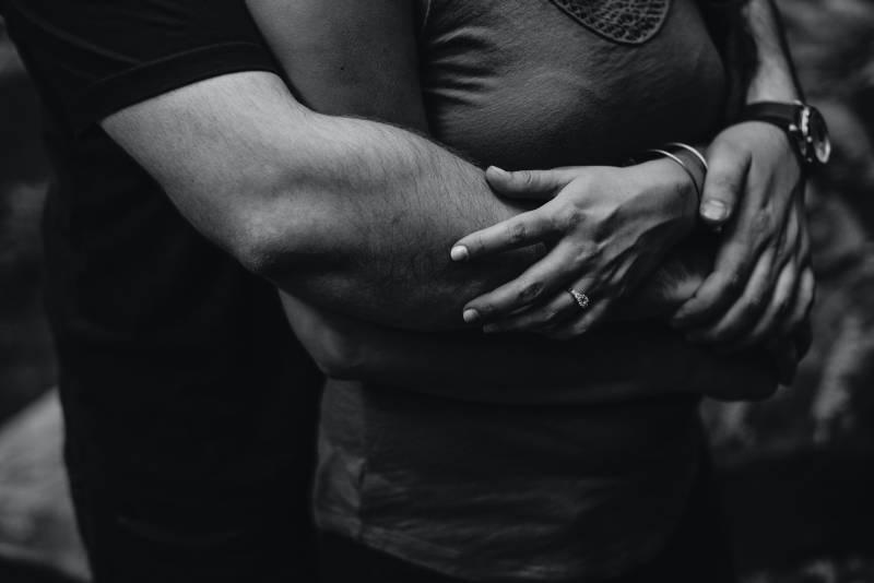 Mann hält Frau um Taille