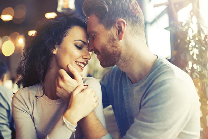Mann in der Liebe kuschelnde Frau