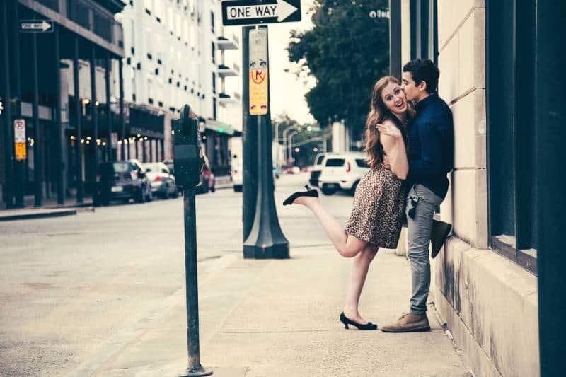 Mann küsst Frau auf der Straße