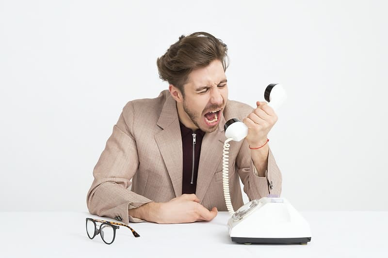 Mann schreit am Telefon