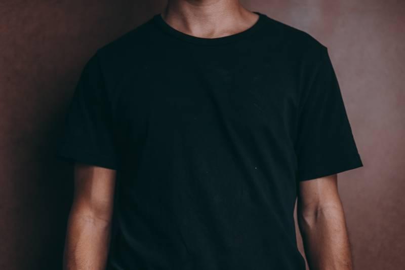 Mann trägt schwarzes T-Shirt mit Rundhalsausschnitt