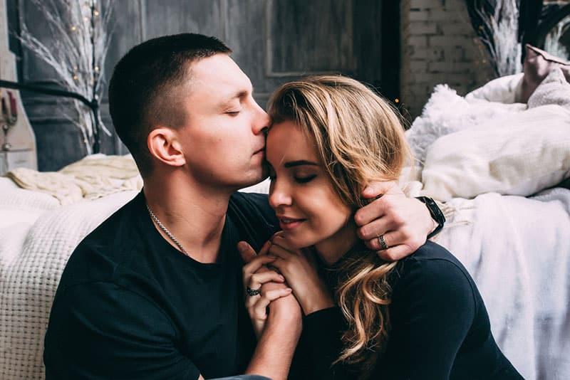 Mann umarmt und küsst Frau