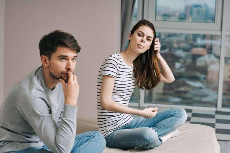 Mann und Frau Schlafzimmer verheiratetes Paar Frustration Unzufriedenheit