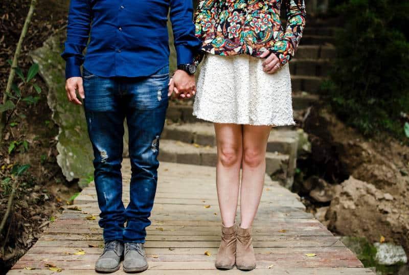 Mann und Frau, die tagsüber Hände halten