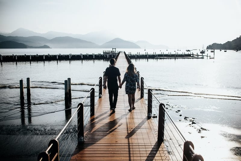 Mann und Frau gehen