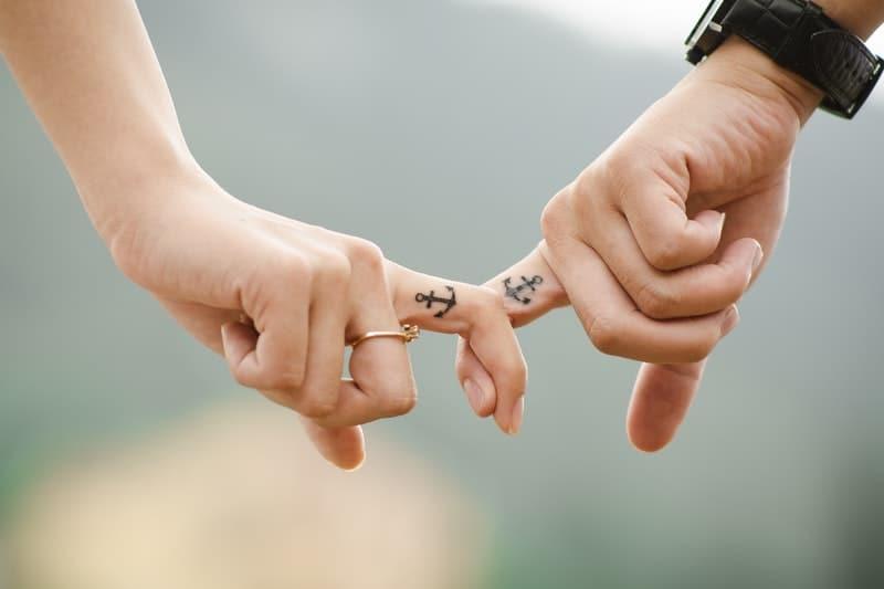 Mann und Frau halten Finger
