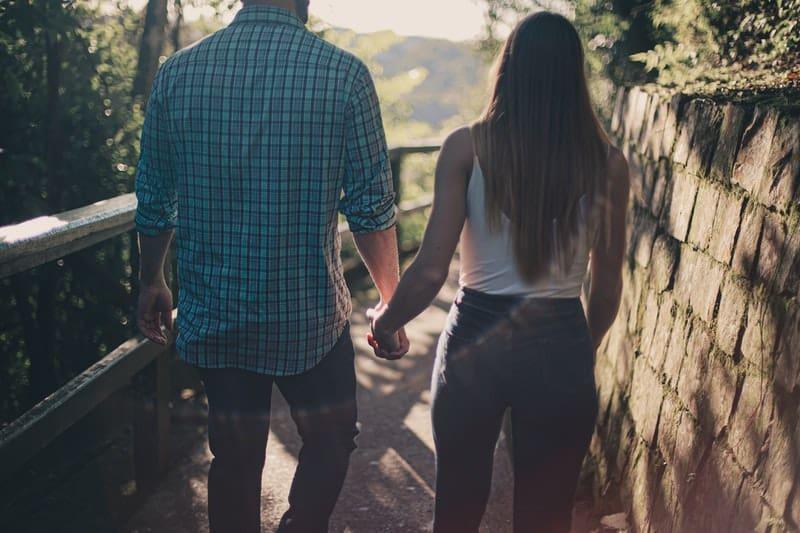 Mann und Frau halten Hände zusammen