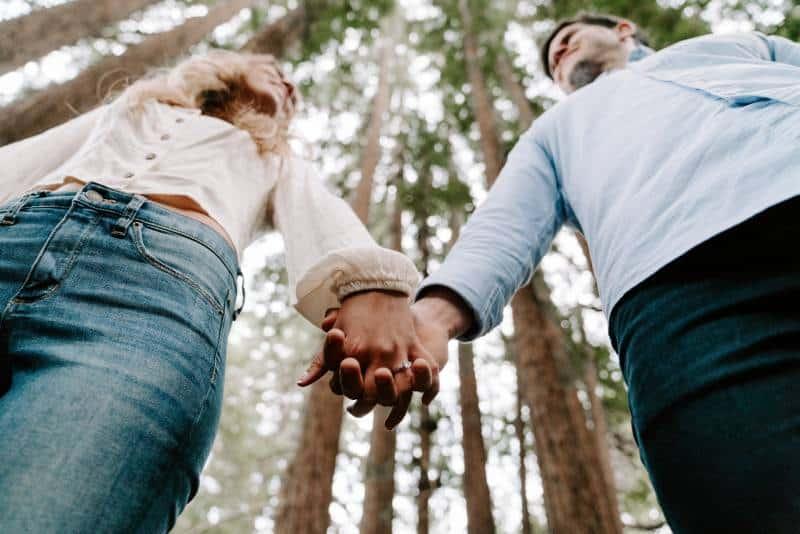 Mann und Frau halten sich gegenseitig an den Händen