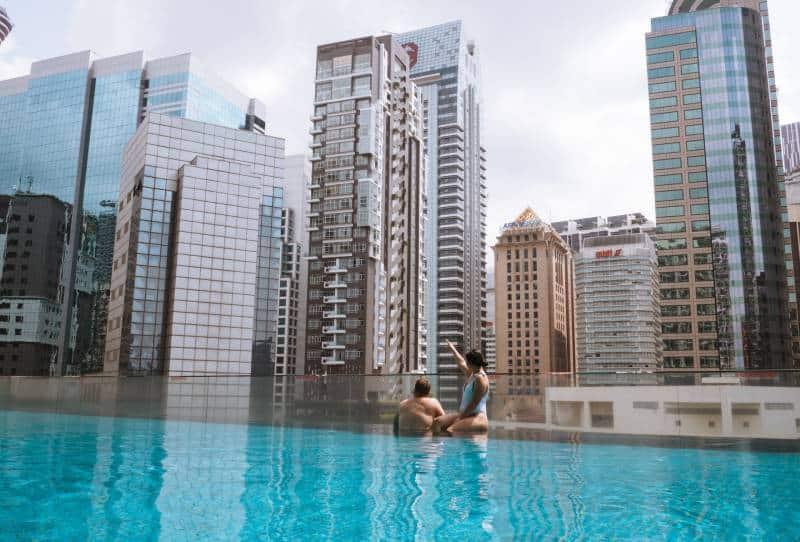 Mann und Frau im Pool