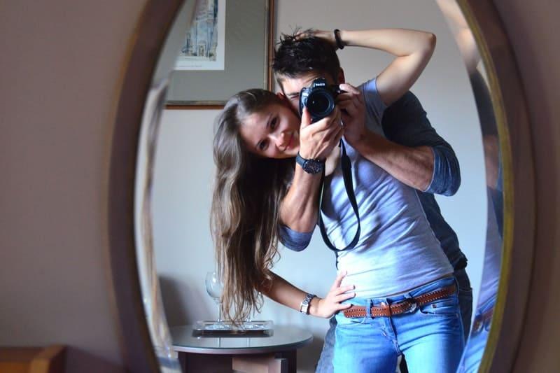 Mann und Frau machen Fotos