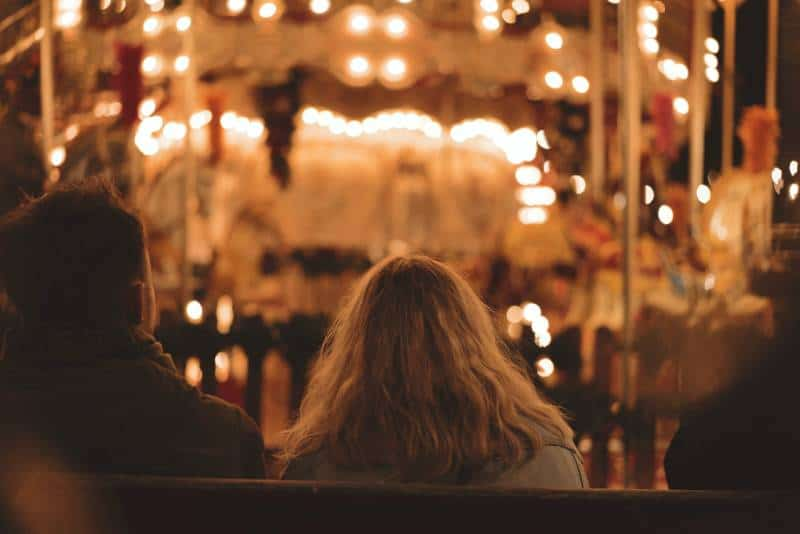Mann und Frau sitzen auf Bank während der Nacht