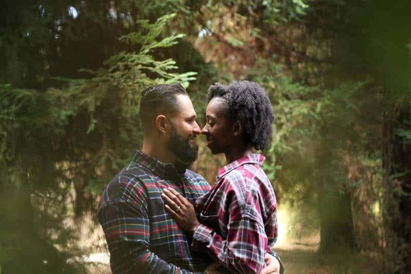 Mann und Frau tragen ein Sporthemd mit Knöpfen in der Mitte der Bäume
