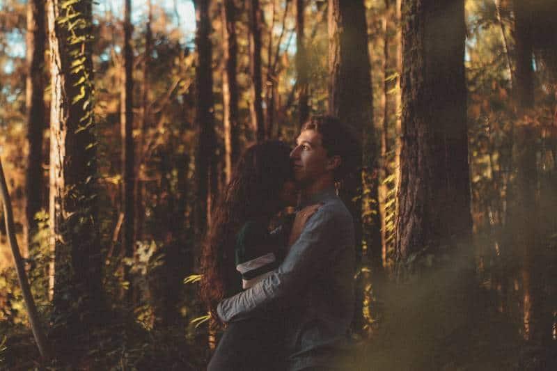 Mann und Frau umarmen sich auf Wald