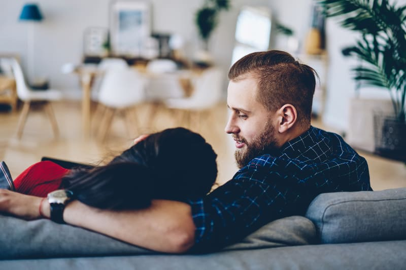 Mann und Frau unterhalten sich auf der Couch