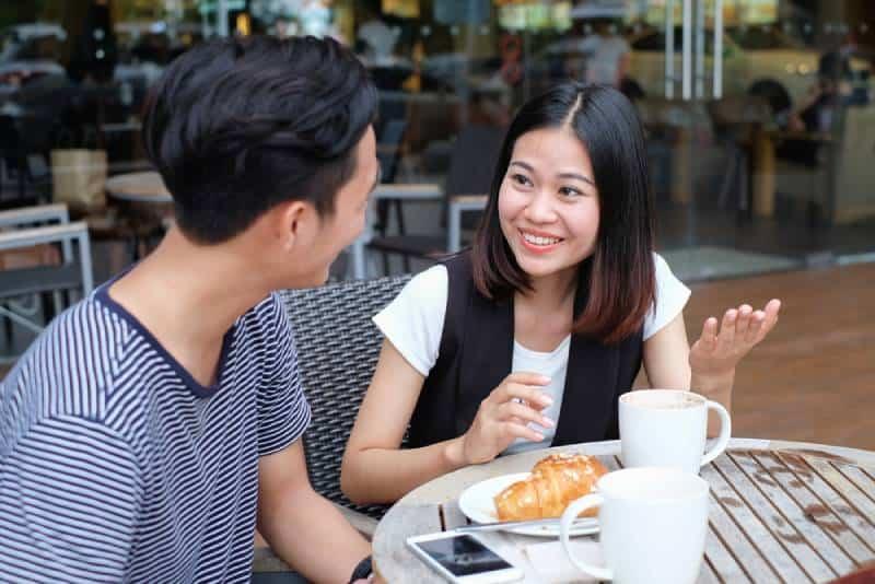 Mann und Frau unterhalten sich im Restaurant