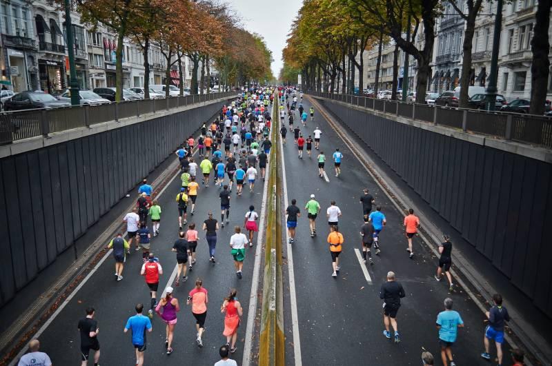 Menschen, die tagsüber auf der Straße laufen