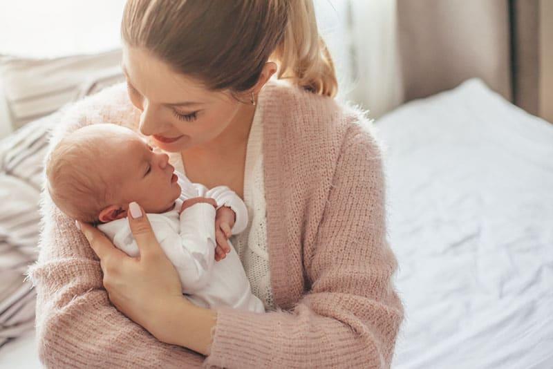Mutter hält ein Baby