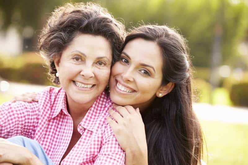 Mutter mit erwachsener Tochter im Park zusammen