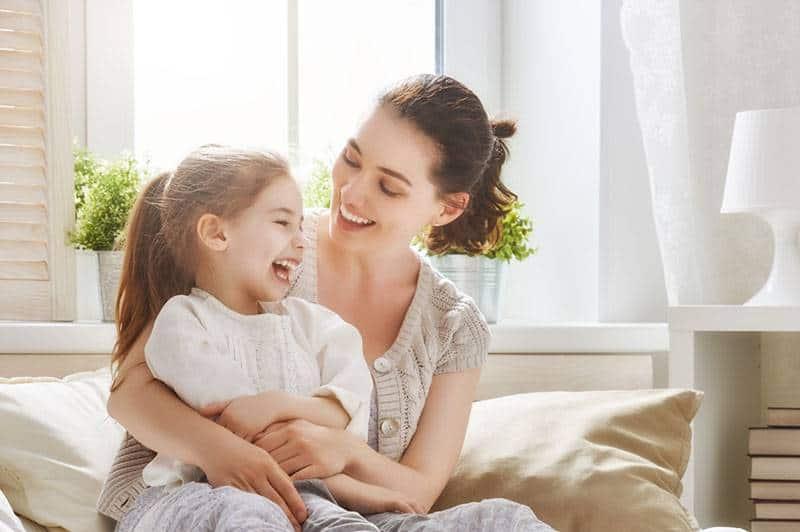 Mutter spielt mit ihrer Tochter